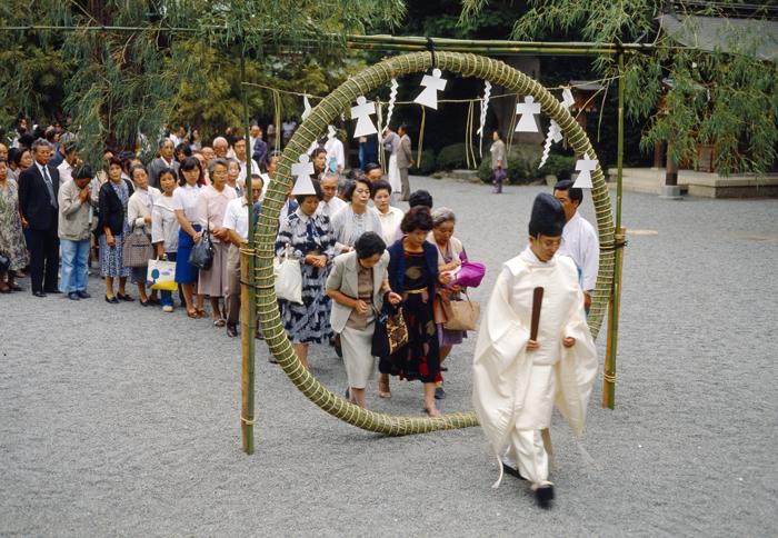 7月 6月末か7月に、神社では茅の輪を作ります。3べんくぐると、夏に病気をしないといわれます。
