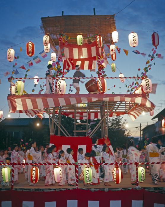 8月 15日は「盆」の行事の日で先祖迎えの行事をします。その夜は盆踊りでにぎやかです。