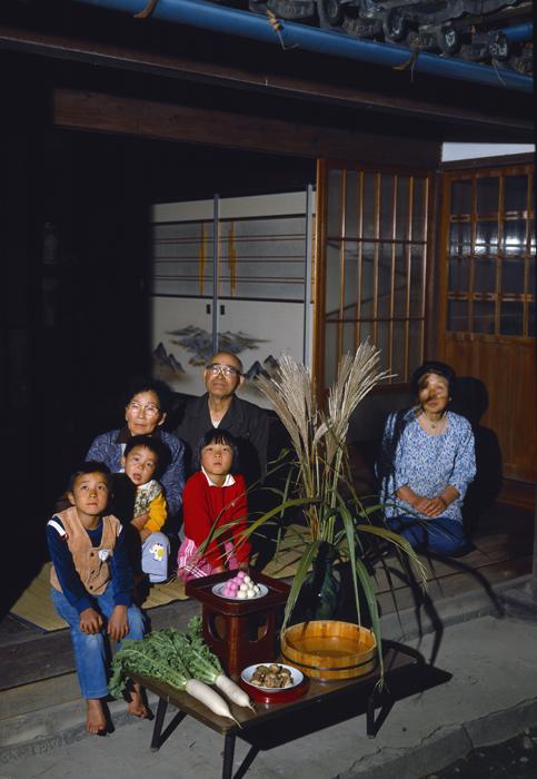 9月 満月の夜に、お月様に供え物をして、秋の収穫のゆたかであることを祈ります。