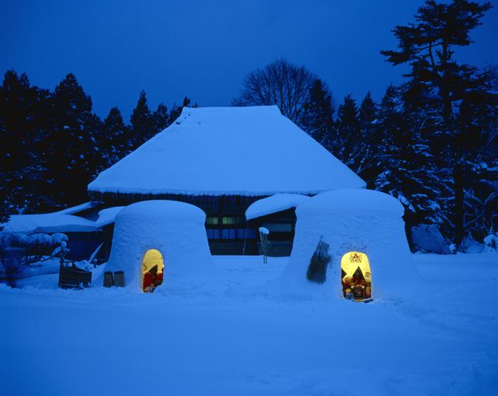 2月15日は雪国の秋田県では雪で小さな室を作って子どもたちが入り楽しくすごします。