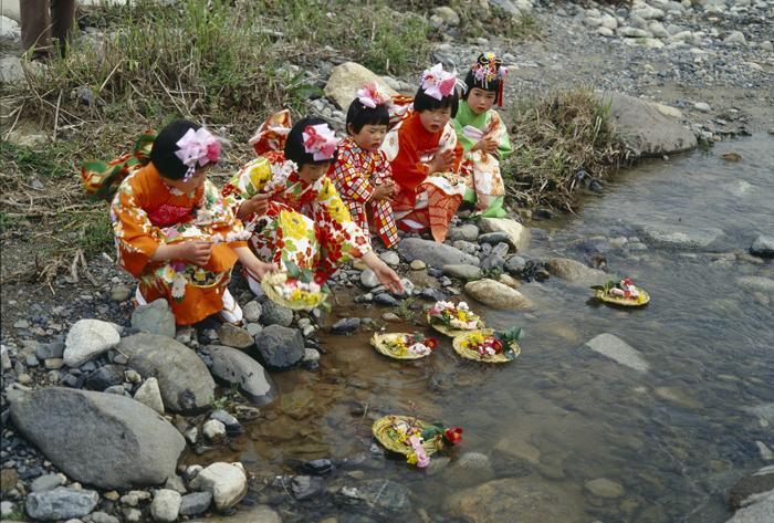 3月 雛壇に紙で作った雛人形を飾ってから、翌日川や海に流して病気のもとを払い流す行事をするところもあります。