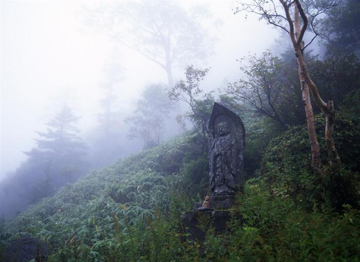 安房峠<br>(長野県安曇野村?岐阜県上宝村)(1790メートル)<br>高僧「日蓮」がこの峠を苦労して超える際、自分の出身地である安房の国の名を取って命名した