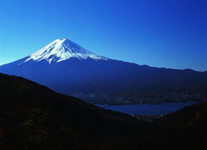 御坂峠(山梨県南都留郡河口湖町)<br>(1525m)<br>「富士には月見草がよく似合ふ」と言った太宰治の富嶽百景が生まれた峠