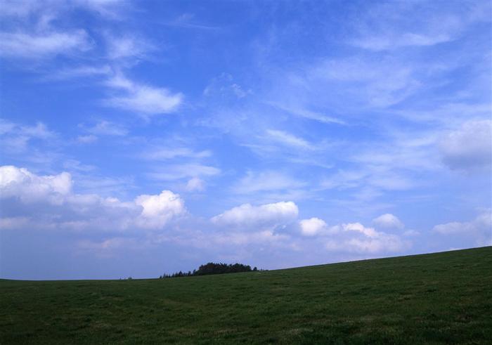 早坂峠<br>(岩手県玉山村)<br>(907メートル)<br>高く澄んだ空と牧場の緑の芝が美しくのどかな気分にしてくれる峠