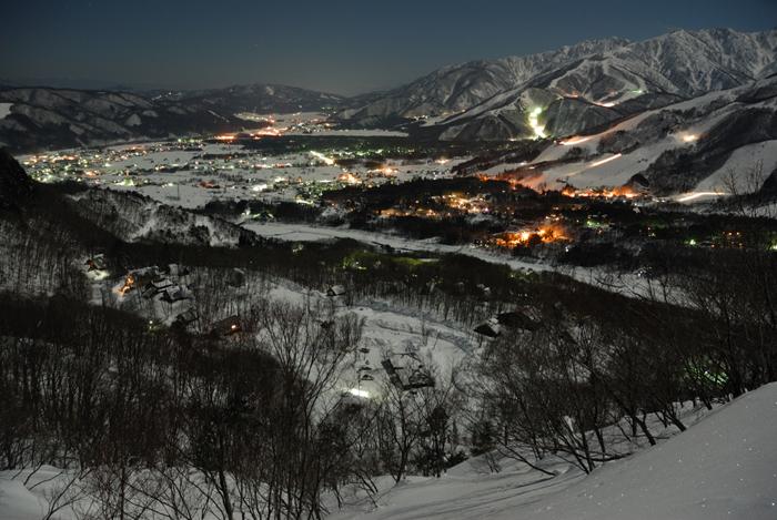 月光に照らされる冬の白馬村