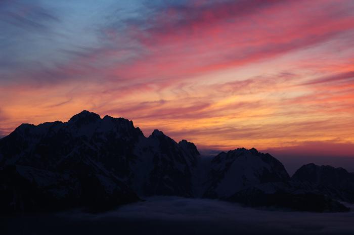 夕焼け染まる残雪の剱岳