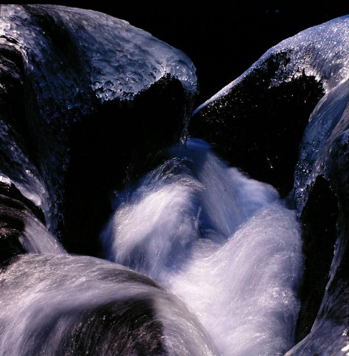福島県・阿武隈川源流部。光の中で滑り、砕け、踊っている姿は、この地球上を長い時間かけて循環するうちの、ほんの一瞬に過ぎないのでしょう。