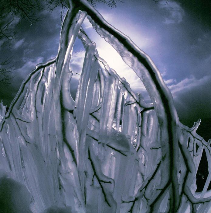 青森県・十和田湖の飛沫氷です。その一部に魚眼レンズで20cmほど近づき、雪雲をバックに、冬景色を表現してみました。