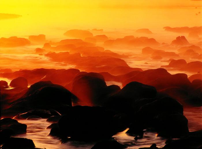 東京都・昭島市の多摩川の朝です。昇陽とともに朝霧が発生し、あたかも海辺で撮影しているかのような錯覚を感じました。