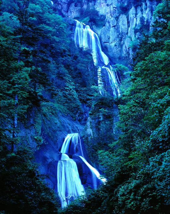 北海道・大雪山系にある羽衣の滝です。夕暮れにこの滝と対峙すると、