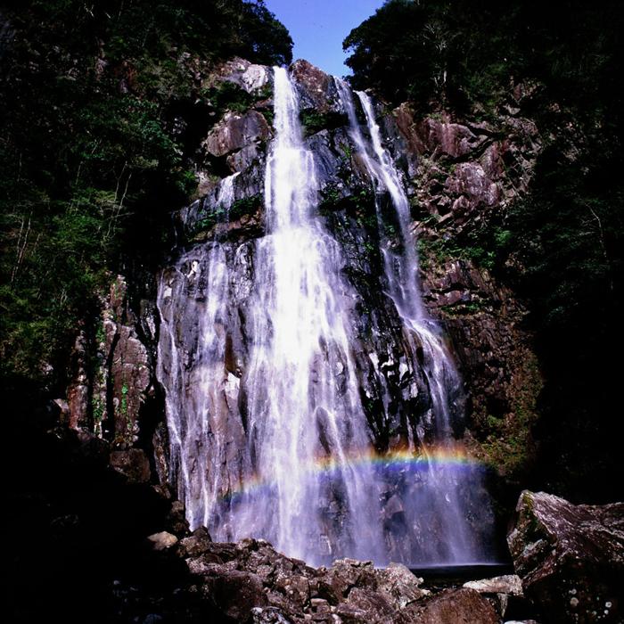宮崎県・矢研の滝は、虹が見られることで知られる素晴らしい滝です。