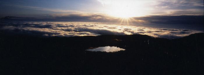 黎明の白駒池<br>(北八ヶ岳・高見石)
