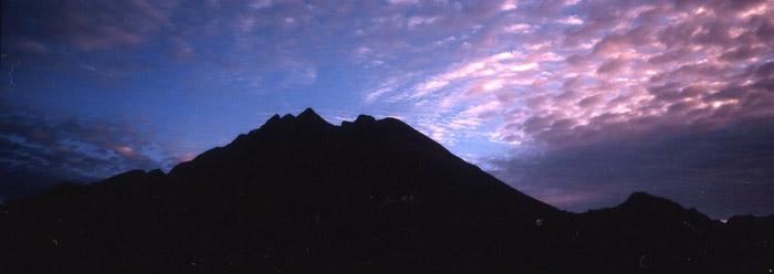 黎明の西穂高岳<br>(西穂高岳・丸山)