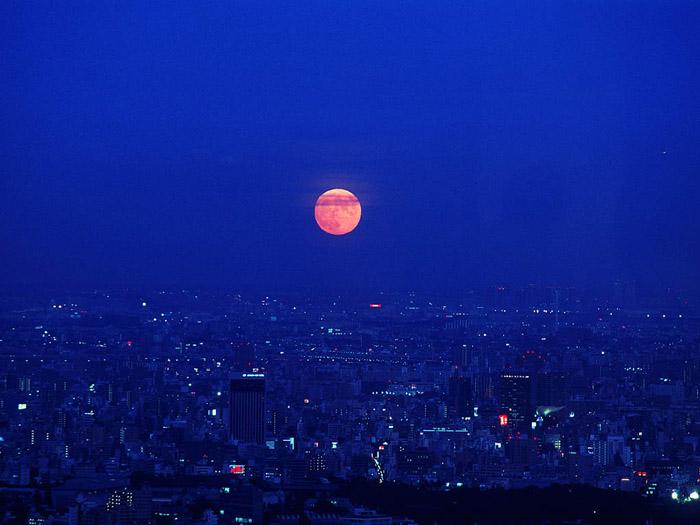`03.9/10.  赤い月