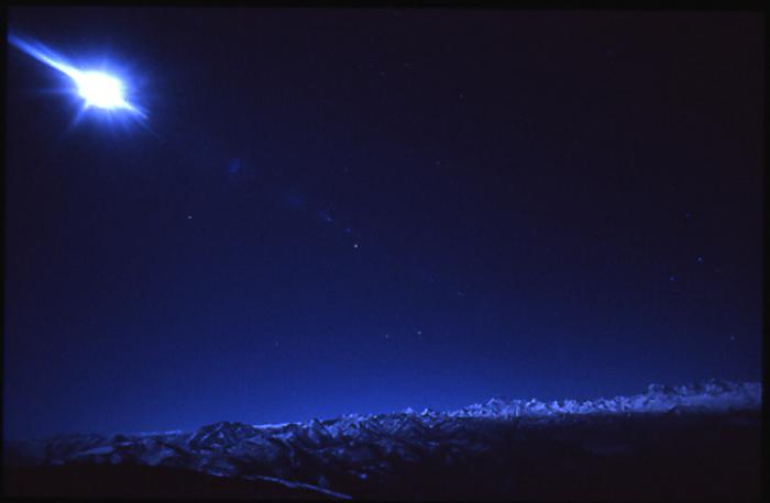 ヒマラヤ山脈と月