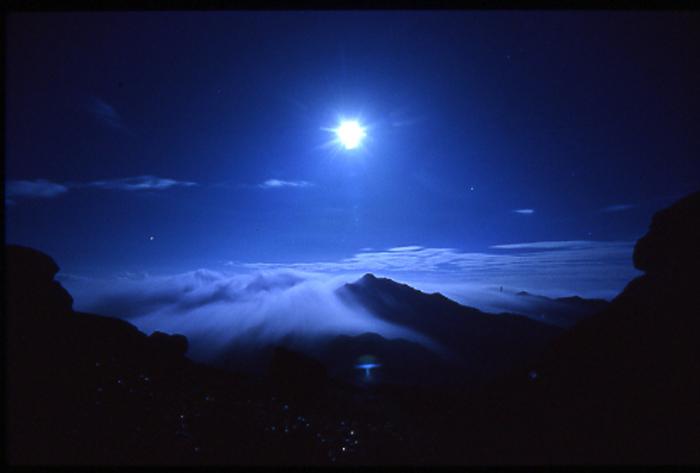 宮之浦岳と月