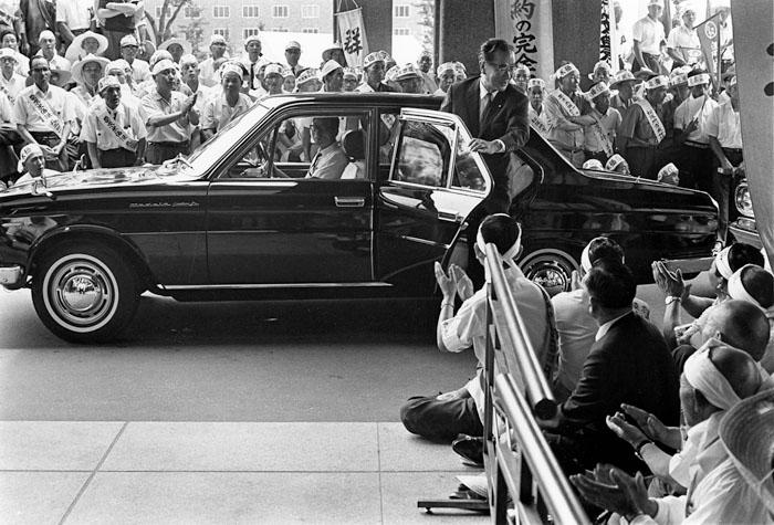 生産者米価引上げの陳情<br>東京永田町自民党本部前<br>1967年