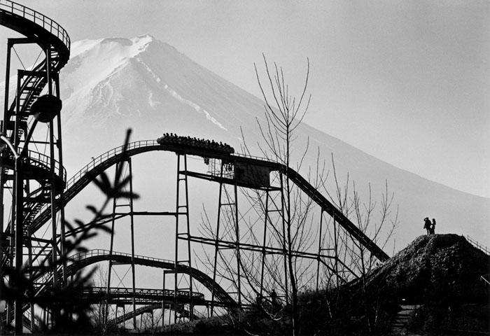 ジェットコースターとミニチュア富士 山梨県富士吉田市 1971年