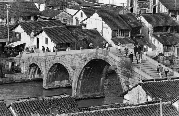 古い家並みと放生橋<br>1993年12月