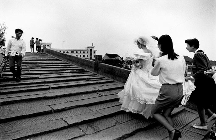 橋を渡る花嫁 1993年10月