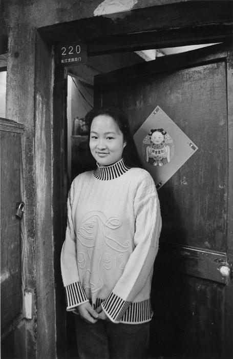 戸口に年画を飾って新年を祝う<br>虹口区虬江支路 1977年2月