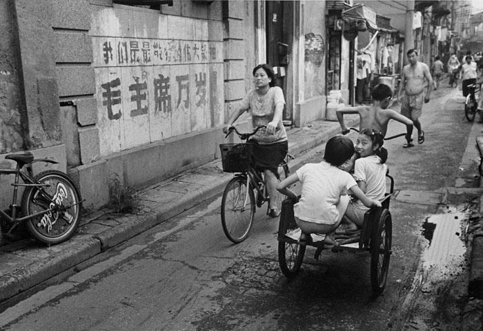 文化大革命(1966-76)の<br>名残りを留める路地の壁<br>虹口区龔家路 2001年8月