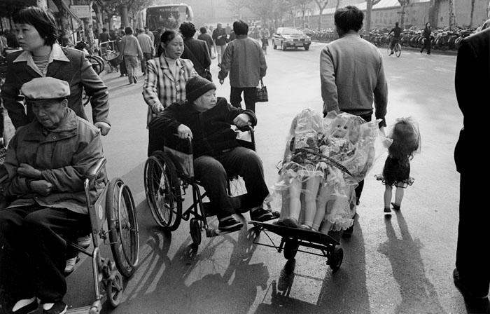 歩く人形の手を引いて売り歩く男性 虹口区甜愛支路 2002年10月