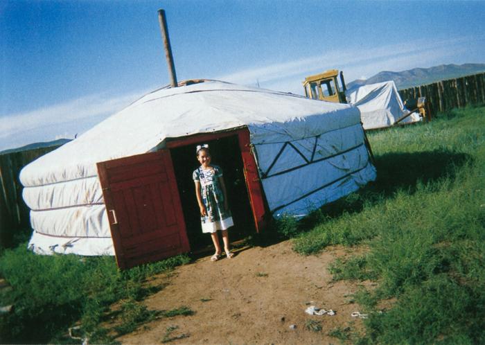 ダーシュジュエイクさん(18歳)カメラを構えていると、草原の心地よい風の音が聞こえてきました。