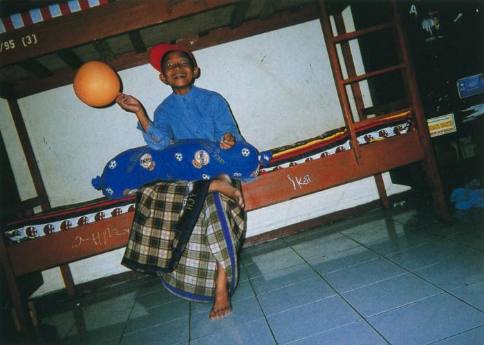 撮影者 アビディンくん(11歳)ここ(孤児院)の生活は、すごく楽しいよ。ファインダーをのぞくと、ぼくらの部屋もカッコよく見えるから不思議。