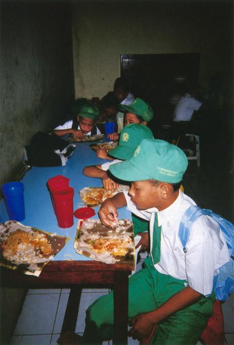 撮影者 ムジブローくん(9歳)みんなでつくった朝ご飯は、とてもおいしいよ。ご飯が食べられることは平和だと思う。