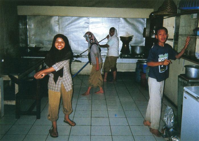 撮影者 ユディスくん(17歳)調理場はいつも、みんなできれいに掃除します。なぜなら、孤児院の中でとても大事な場所だから。