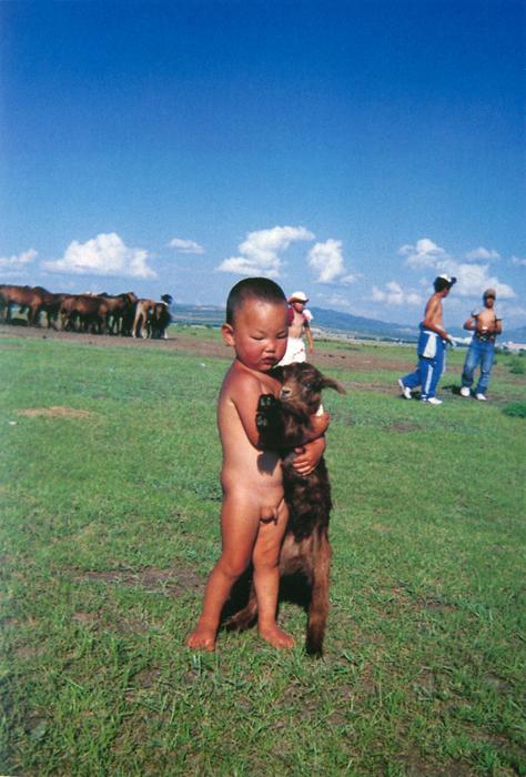 ログサンドルジさん(18歳)モンゴルの空がいつまでも青く、そして緑の草原に子どもたちの声がいつまでも響くよう祈ってシャッターを押しました。