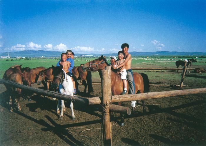 アリウィンバヤルくん(13歳)大草原を馬で駆けめぐったチンギス・ハーンは、ぼくらのあこがれ。馬に乗っているときが、いちばん平和な時間さ。