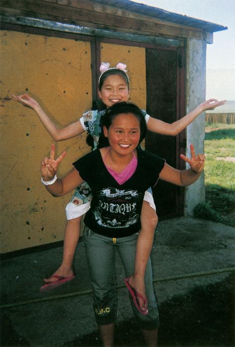 ティーレーゲルマさん(14歳)いつも仲良しの二人は、まるで姉妹のよう。とても平和そうにしていたから写したの。