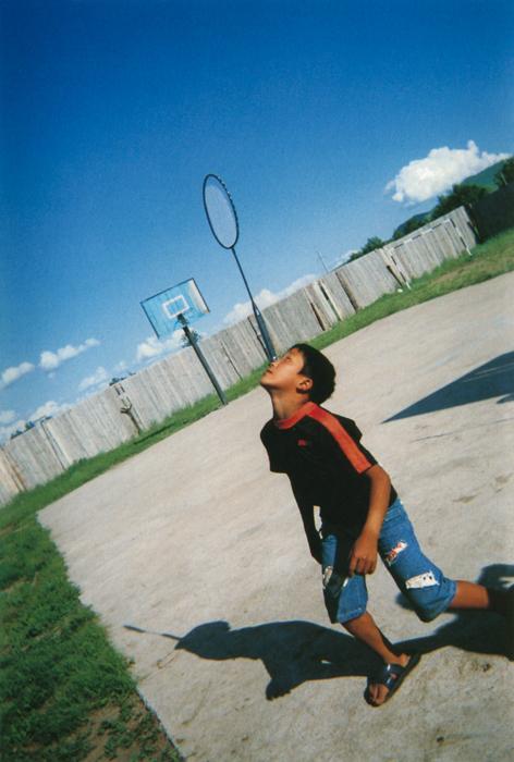アンフバヤルくん(13歳)カメラを傾けて「危ないっ!」ていう感じを表現してみたんだ。写ってるかな? ちょっと心配。