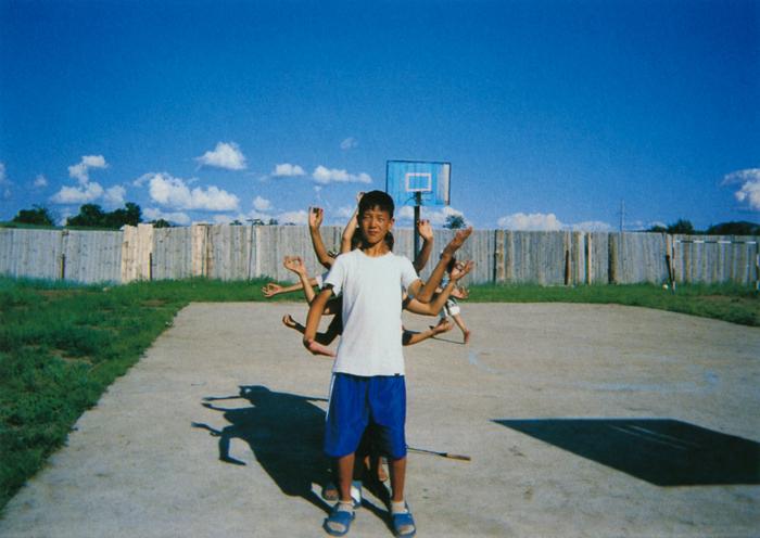 バヤルチェンゲールさん(17歳)地球は一つ。でも、いろいろな国があるよ——そんなメッセージを表現したつもり。