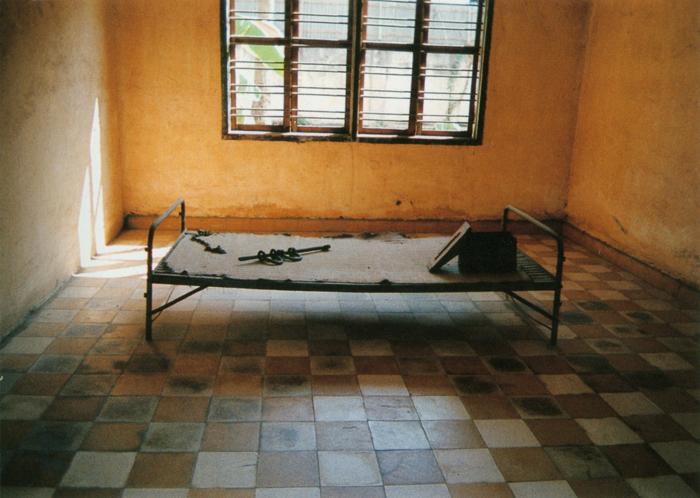撮影者 リブ・ソッキムくん(14歳)いまは博物館になっていますが、学校がある日突然、収容所になったそうです。教室の窓には鉄格子がはまっていました。ベッドの上にある四角い箱がトイレと聞き、驚きました。
