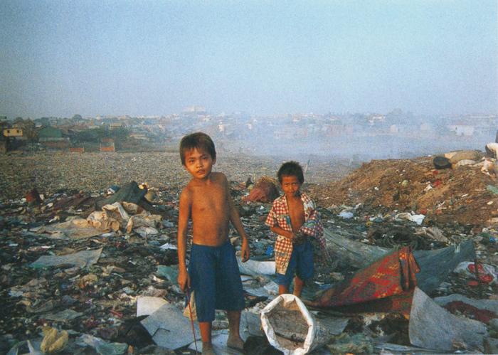 撮影者 ロン・チャンディーさん(15歳)私とチャンダーはいとこ同士。二人とも、ゴミの山で生まれて育ちました。でも今はNGOが作ってくれた家に住んでいます。この子達にも早く普通の暮らしをさせてあげたい。
