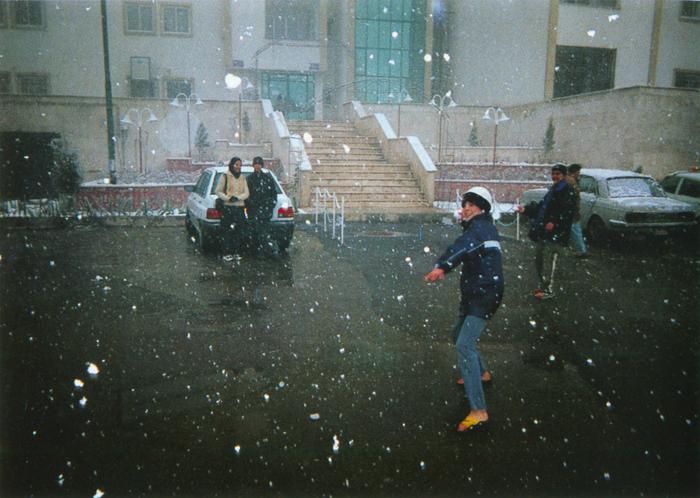 撮影者 アミール・コダバンテくん(13歳)テヘランに雪が降りました。ぼくたちは雪合戦で遊んだけど、地震で家をなくしたバムの子どもたちのことが心配です。