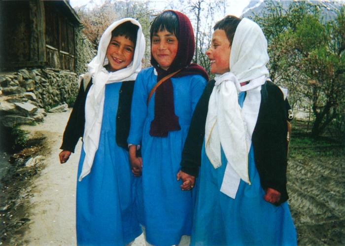 撮影者 アファ・アサドさん(13歳)学校帰りの仲良し三人組。この子たちの笑顔こそ平和そのものだと思って写しました。将来は貧しい人たちを助けるボランティア活動をしたい。