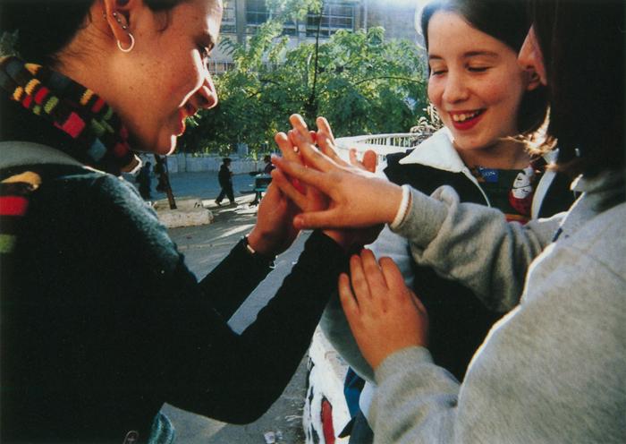 撮影者 ロニー・ヒルシュくん(13歳)平和はいくら待っていても来るものじゃない。まず、手を差し伸べて、お互いに触れ合うことからスタートしよう。