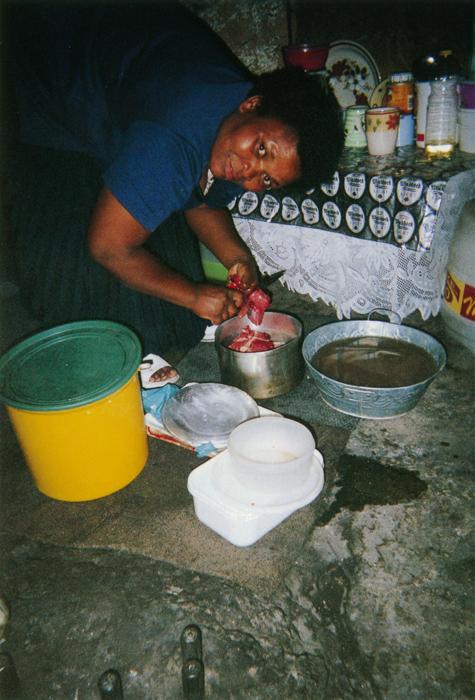 撮影者 サンケリシィウェイ・ダバさん(6歳)お母さんは、いつもおいしい料理をつくってくれる。私は水くみのお手伝い。お母さんが料理している姿って平和でしょ。