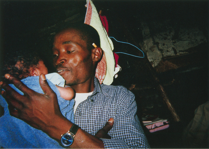 撮影者 ザネレ・モフォーケンさん(8歳)お父さんは私たちにとてもやさしくしてくれます。小さな弟を抱っこしているところが平和だなと思ったので撮りました。
