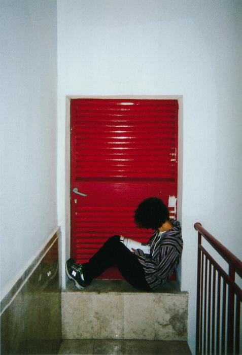 撮影者 ギャラッド・グリンバーグくん(17歳)赤いドアはデンジャラス・ゾーン。安全と平和はドアの中にある。