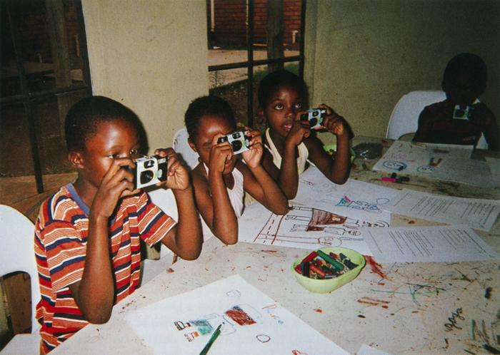 撮影者 ホッペイ・デザンナさん(7歳)私が平和を感じるとき。それは、音楽を聴いているとき、絵を描いているとき。そして、友だちをカメラで写しているとき。写真って簡単で楽しいね。